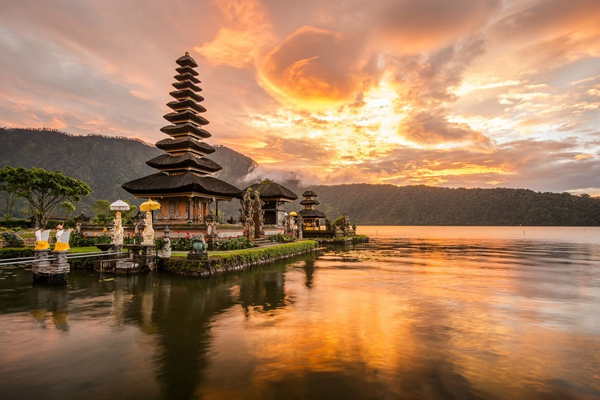 Honeymoon in Bali: culture and wild beaches